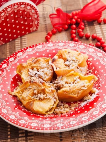 Печени ябълки с орехи и канела - снимка на рецептата